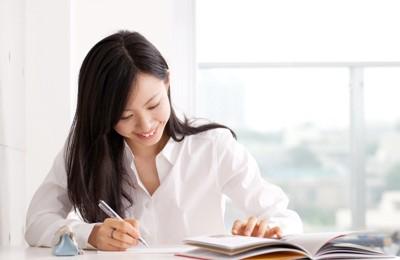 笑顔で勉強している女性