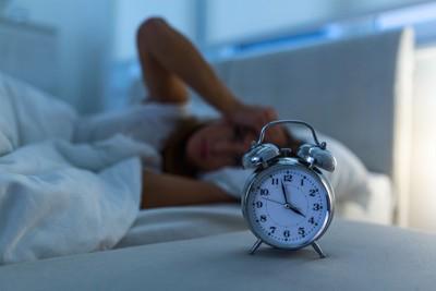 眠れない女性と時計