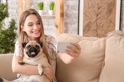 愛犬と一緒に自撮りする女性