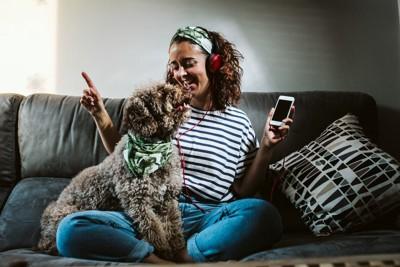 飼い主と犬の写真