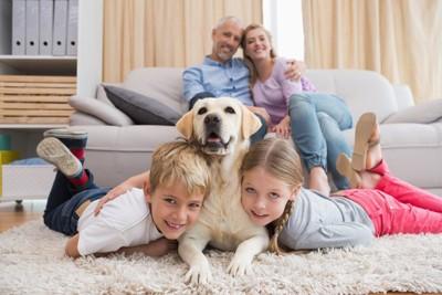 家族と記念撮影するレトリバー