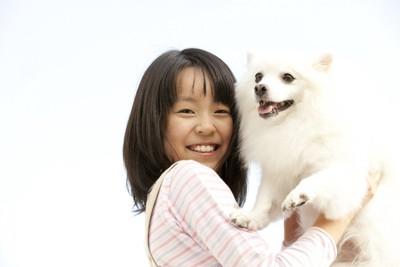 犬を抱っこしている子ども
