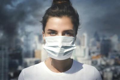 大きなマスクをした女性