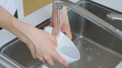 お皿を洗う人の手