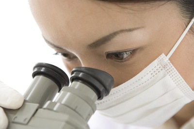 顕微鏡を見る女性