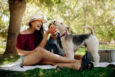 犬と笑う女性
