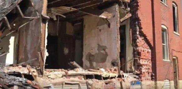 半壊した家屋