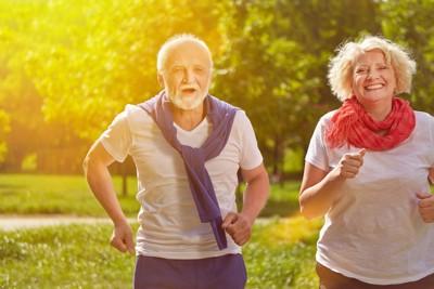 ランニングをする老人