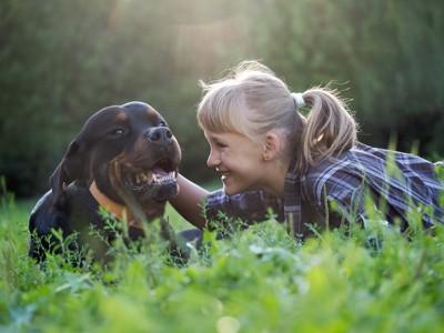 微笑む女の子と犬