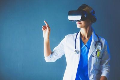 VRグラスを着けたドクター