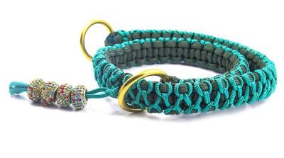黒と緑の編み込み首輪