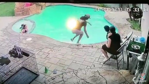 プールに飛び込む女性