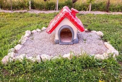 家の形をした犬のお墓