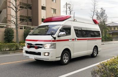道路を走る救急車