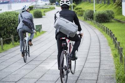 自転車で出勤するビジネスマン