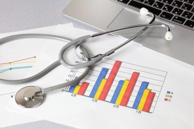 聴診器とグラフ