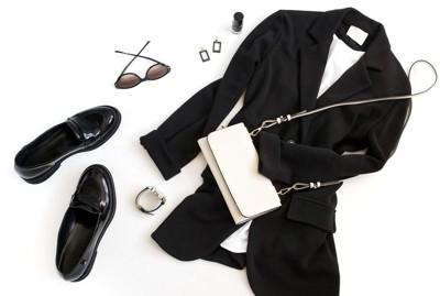 黒い服のコーディネート