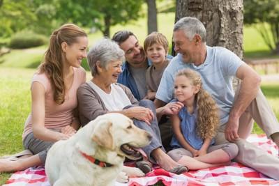 家族とくつろぐ犬