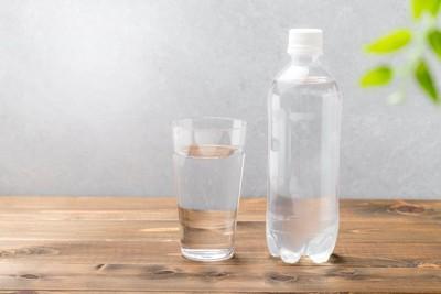 ペットボトルとグラスに入った水