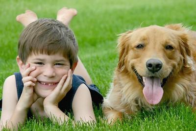 笑顔の少年と犬