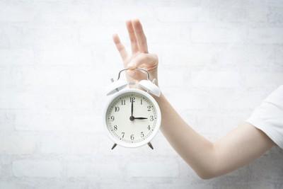 時計を持つ人の手