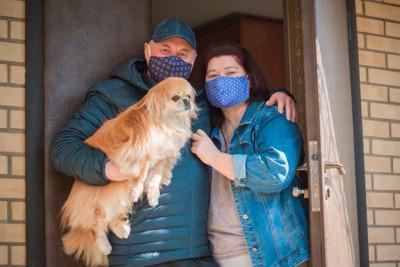 犬とマスク姿の夫妻