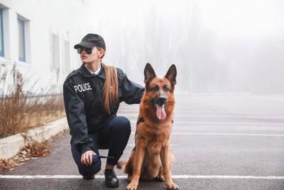 警察犬と女性