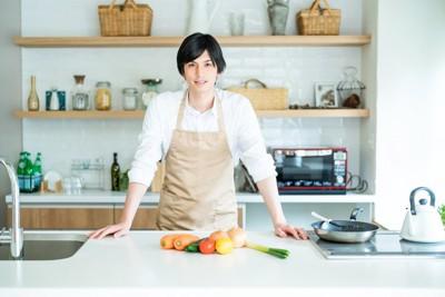 お料理を作ろうとしている男性