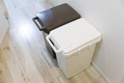 ブラウンと白のゴミ箱