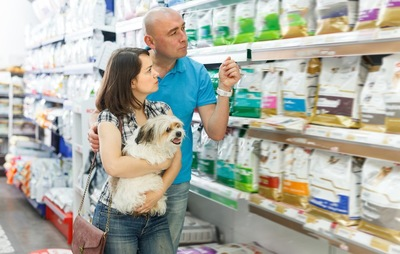 お店でフードを選ぶカップルと犬