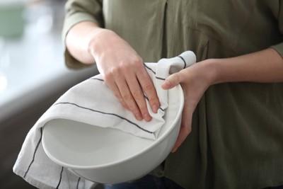 食器を布で拭く様子