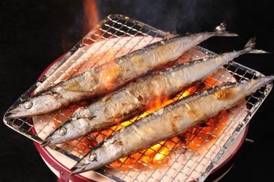 焼かれている三匹の秋刀魚