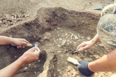 発掘作業中の考古学者