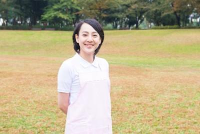 公園 芝生 女性看護士