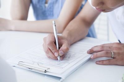 書類を書く人