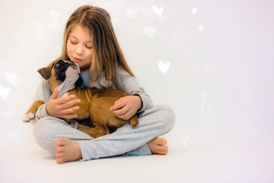 子犬を抱く女の子