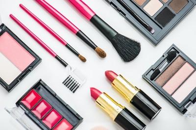 並べられた様々な種類の化粧品