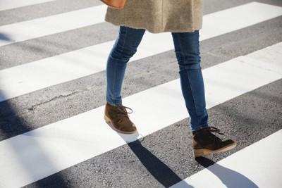 横断歩道を歩く
