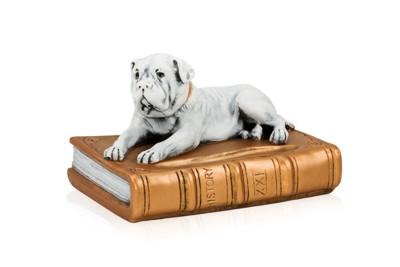 犬と本の置物