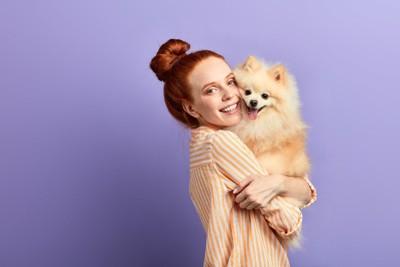 飼い主さんに抱っこされる犬
