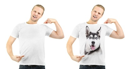 無地のTシャツと犬の顔がプリントされたTシャツを着た男性