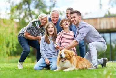 犬と一緒に自撮りする家族