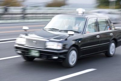 道路を走るタクシー