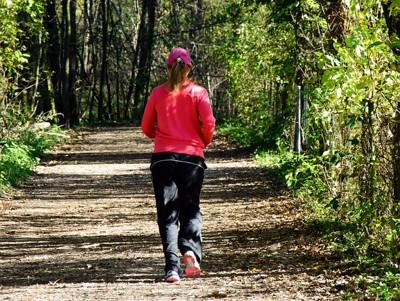 ジョキングをする女性