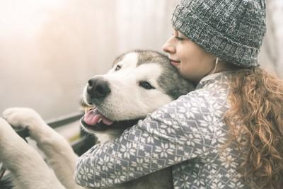 笑顔の飼い主と犬