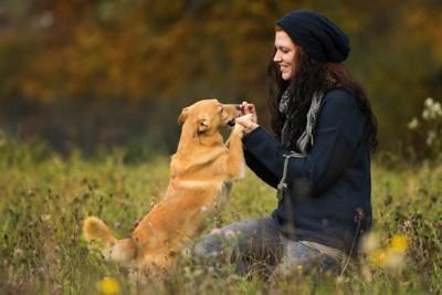 黒い帽子の女性と犬
