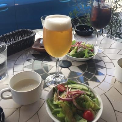 ビール、サラダ、スープの写真