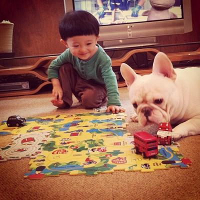 電車の玩具で遊ぶ