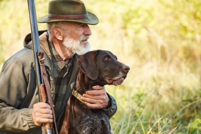狩りをしている犬とおじいさん