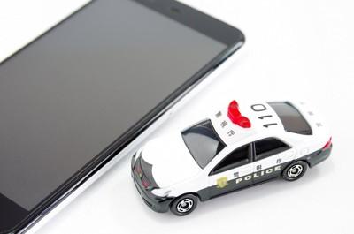 パトカーとスマートフォン